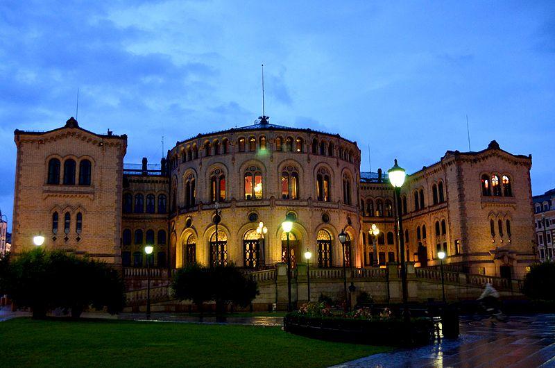 Роскошные пейзажи Норвегии 800px-4_of_10_-_Karl_Johan_Gate_at_Night_Oslo_-_NORWAY