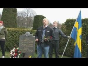 Den tidligere Sverigedemokraten Robert Vesterlund holder minnestale for den døde nazisten Gösta Hallberg-Cuula