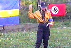 Den daværende Sverigedemokraten Tina Hallgren Bengtsson holder tale under bokbålet.