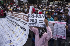 """Demonstrasjon i Ayotzinapa. De forsvunne kreves returnert i livet og beskyldninger hagler mot """"narkoregjeringen""""."""