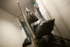 09:14 Det er en fysisk krevende jobb. Her samles søppelposer.
