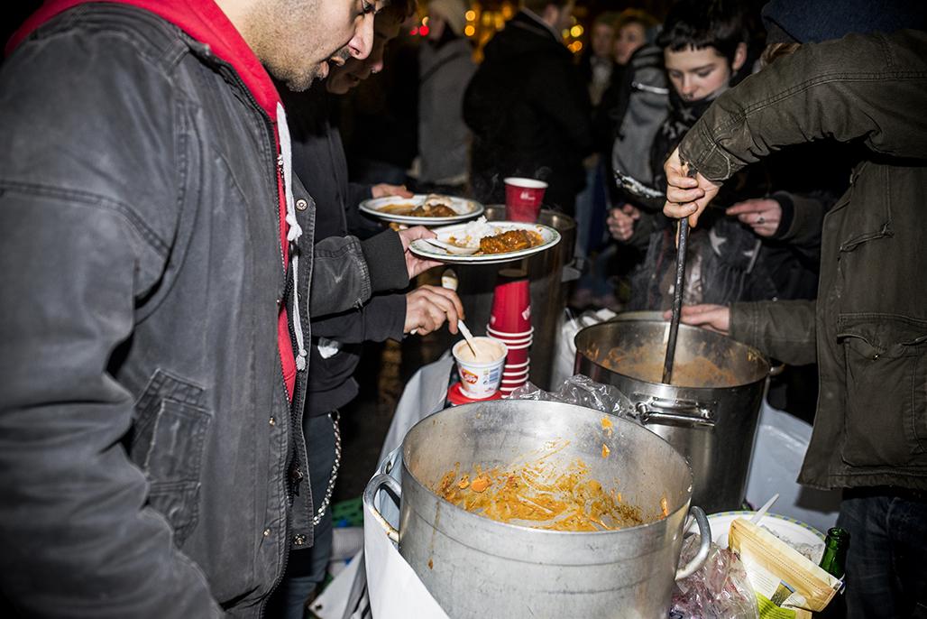 Food Not Bombs serverte mat i anledning demonstrasjonen(WEB) (1)