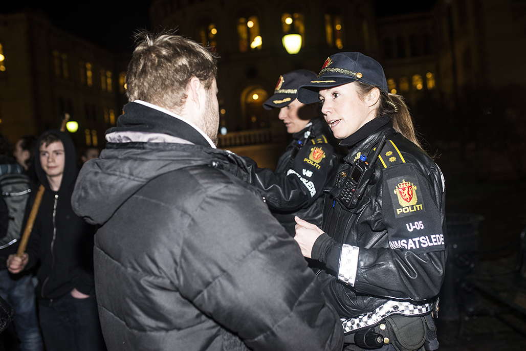 Innsatsleder lodder stemningen og slår av en prat med en av demonstrantene(WEB)