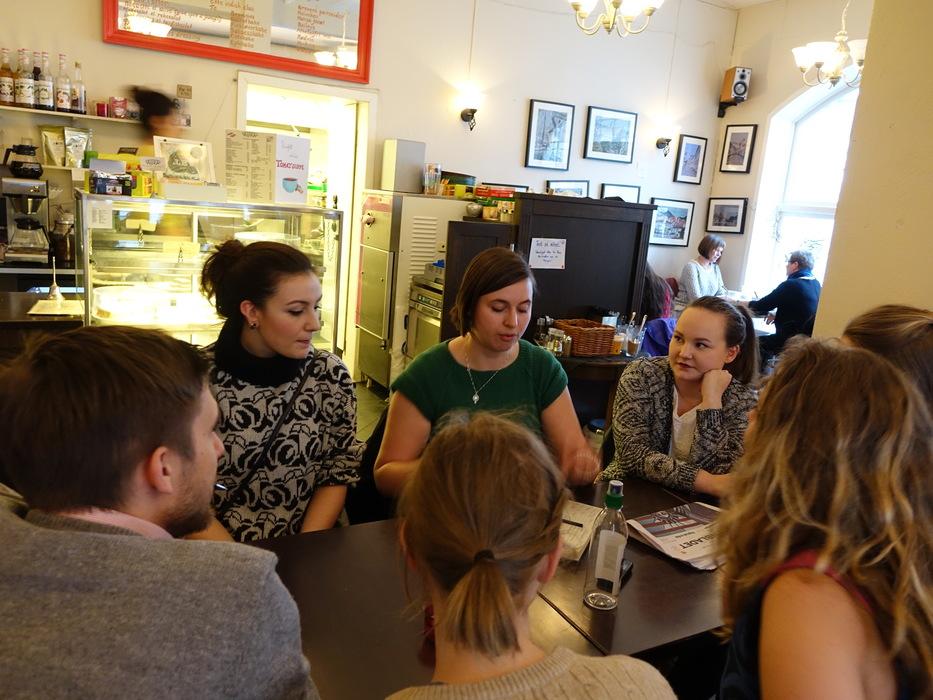 Dette er det første møtet Fi i Bergen:  Damien Routisseau-Magrou, Helene Shirin,Tove Marie Øymo, Sunniva Schultze-Florey,  Hilde Jakobsen,  Silje-Mari P. Fluge, Ellen Wickberg Månsson i Café Aura 16 mars.2015