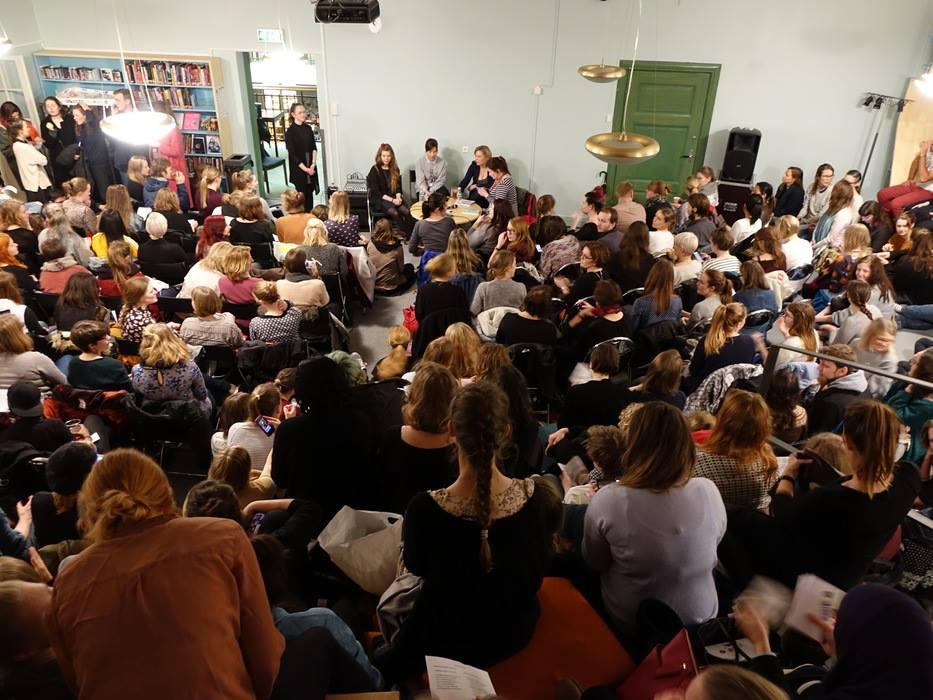 """Jenny Jordahl, Madeleine Schultz, Marta Breen og """"155 grunner til å være feminist"""" i Bergen Offentlige Bibliotek 6 mars.2015"""