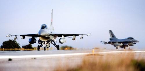 Norske F-16 tar av fra Kreta for å delta i bombetokter over Libya i 2011. Foto: Lars Magne Hovtun / Forsvarets Forum