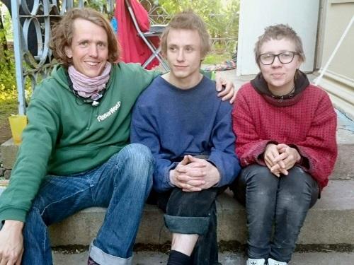 Bjørn (t.h), Kepo og Ronja har allerede lagt ned mange arbeidstimer for å pusse opp den forfalte eiendommen. Foto: Christian Boger