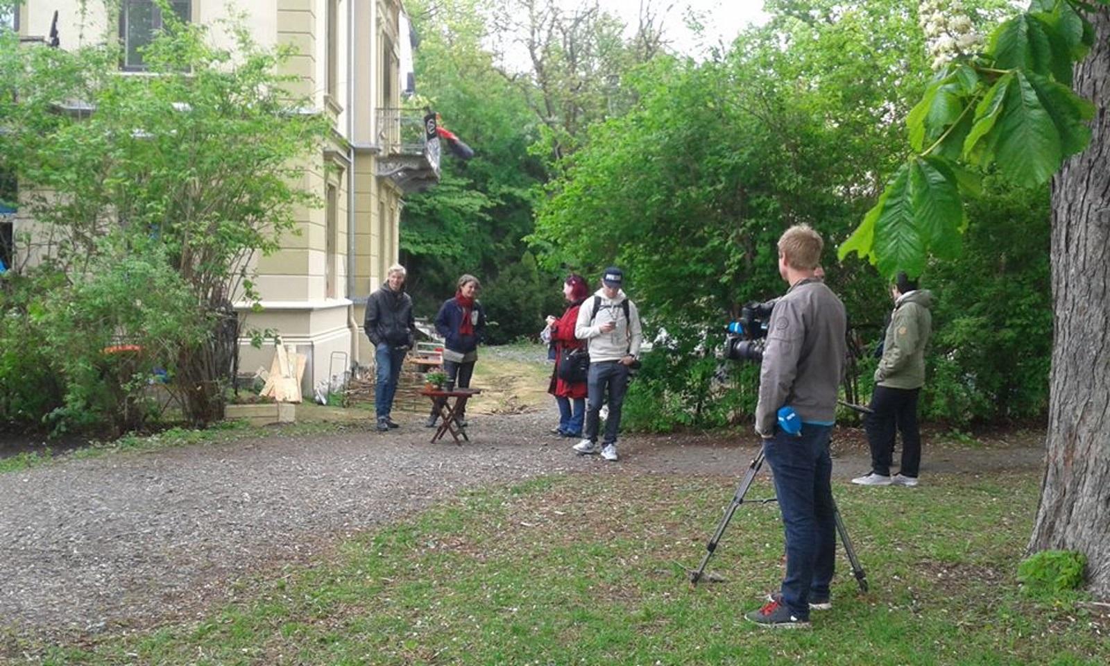Media og aksjonister venter på utkastelsen fra den okkuperte praktvillaen i Stensparken 27 mai 2015. Foto: Christian Boger
