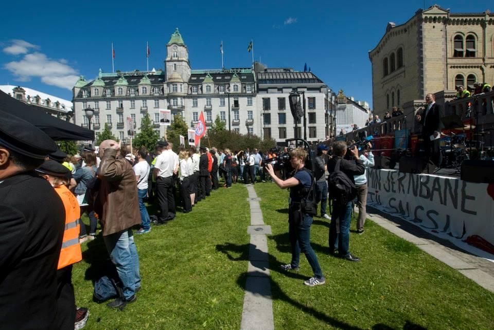 Demonstrantene vender ryggen til samferdselsminister Ketil Solvik-Olsen (FrP).