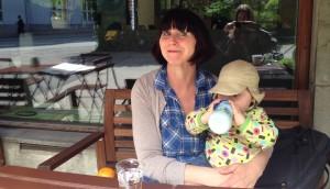 Forfatteren og hennes ett år gamle datter Vilje, på Caféen Carinas, rett ovenfor Tøyen skole. Foto: Ingrid Kvamme Fredriksen