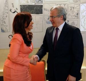 Baltasar Garzón hilser på Argentinas daværende president, Cristina Fernández.