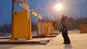 Afghanske flyktninger som ankommer Storskog grensekontrollsted i Øst-Finnmark på sykkel. Dette er samme dag som vinteren ankommer. Den siste uka i oktober kom det over 700 asylsøkere på sykkel over grensen fra Russland.