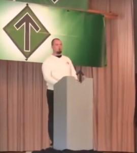 Bredesen taler for og skryter av den voldelige nazigrupperingen Nordfront. Foto: Skjermdump youtube