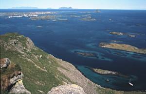 Øygruppa Røst. De hvite prikkene oppe til venstre er bosettinga. Foto: Michael Haferkamp