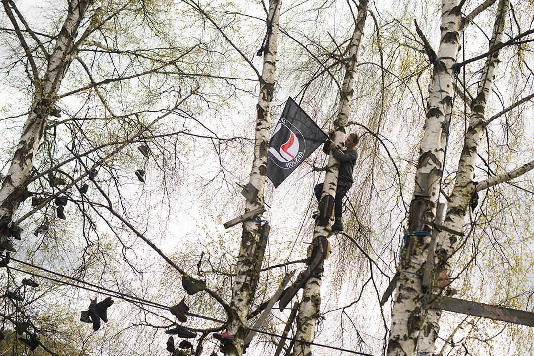 Antifascister og anarkister henger opp flagg på tomten der Brakkebygrenda en gang stod for å markere sinne og indignasjon(WEB)