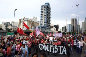 Foto: Ingrid Fadnes Kuppmaker står det å lese på plakaten i en av mange demonstrasjoner mot Temers regjering i São Paulo.