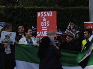 Syriske demonstranter utenfor den russiske ambassaden i Oslo. Foto: Catrine Sellami