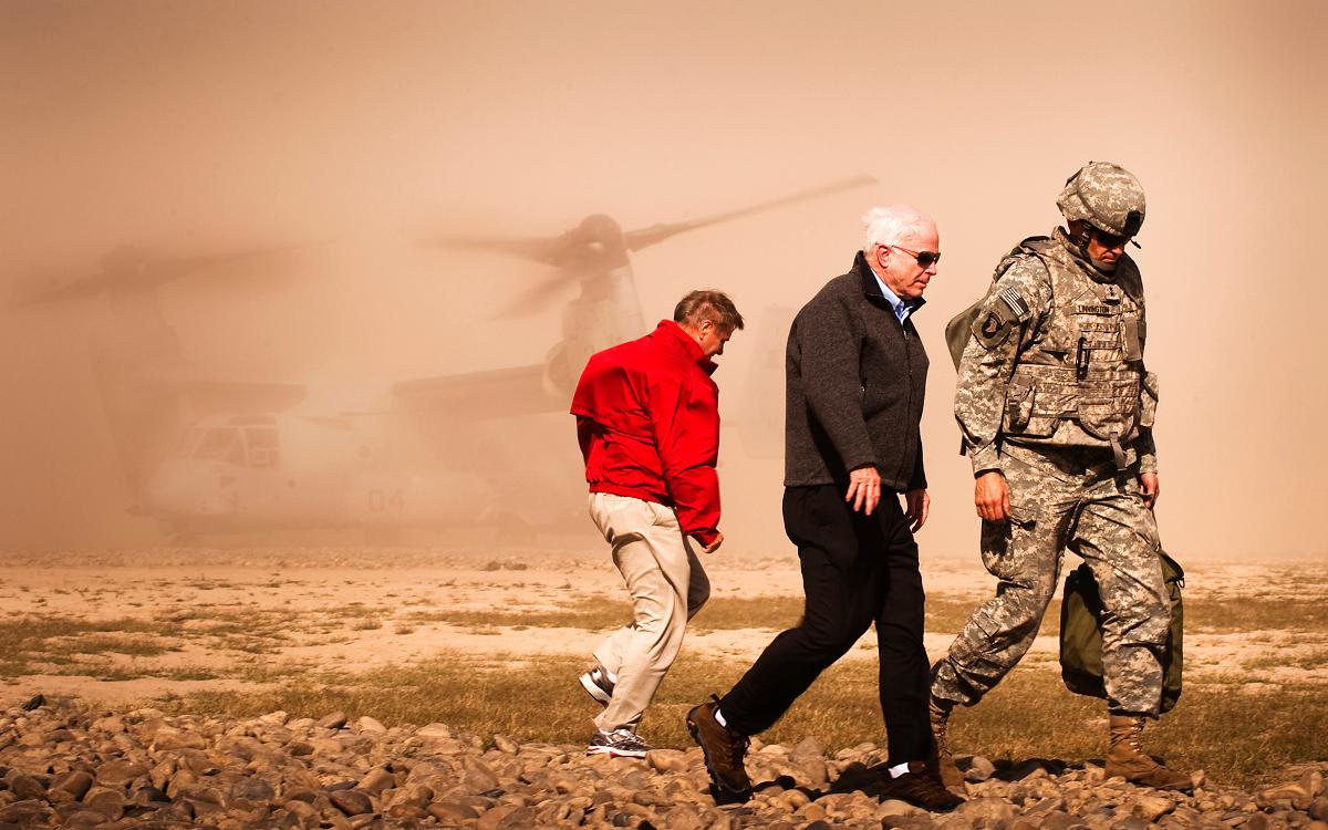 John McCain og Lindsey Graham på tur i Afghanistan i 2010 Foto: Mark Fayloga